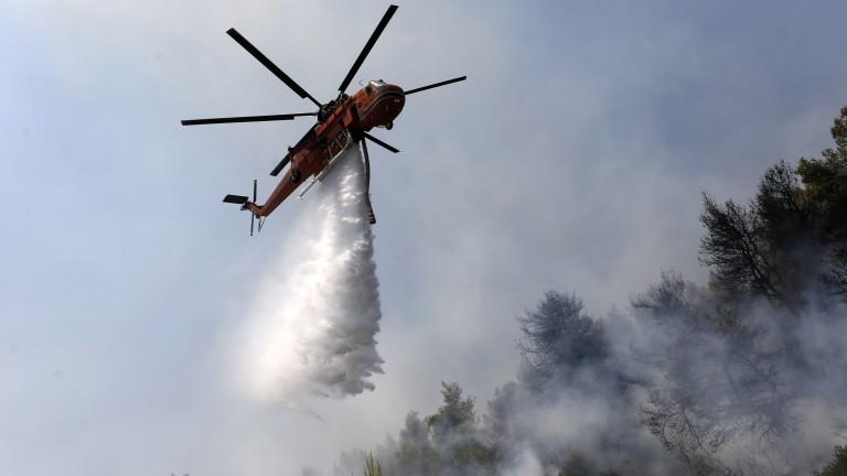 Стотици са евакуирани, докато пожарникарите се борят с бушуващите пожари