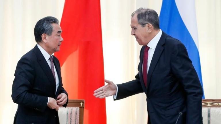 Китайският външен министър Ван И и руският му колега Сергей