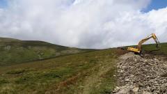 Багер оправя следите на джиповете офроуд в Централен Балкан