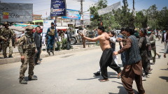 Десетки загинали при атентати на погребение и болница в Афганистан