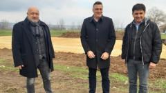 Министър Красен Кралев инспектира строителните дейности на четири нови футболни игрища