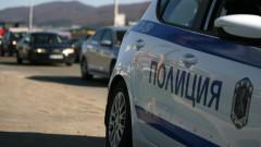 Дрогиран 17-годишен блъсна с такси трима полицаи