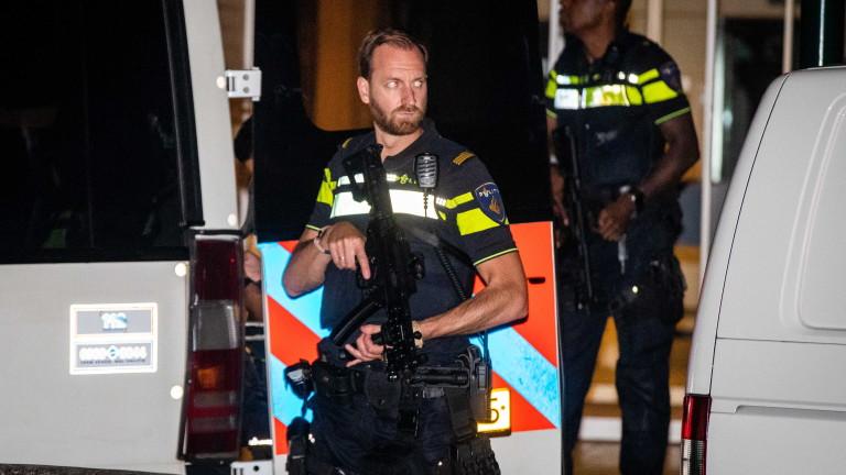 Въоръжените агенти от силите на реда изнасят наркотици от дом