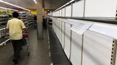Коронавирусът предизвика паническо изкупуване на тоалетна хартия и маски по света