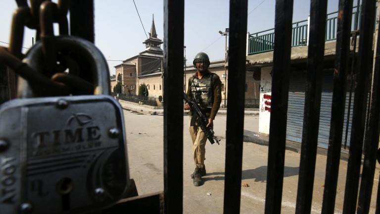 Индия премахва ограниченията за движението и комуникационните връзки на хората