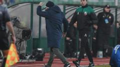 Славиша Стоянович показва вратата на нападател