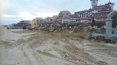 """Разчистват плажа на """"Слънчев бряг"""" от бетон"""