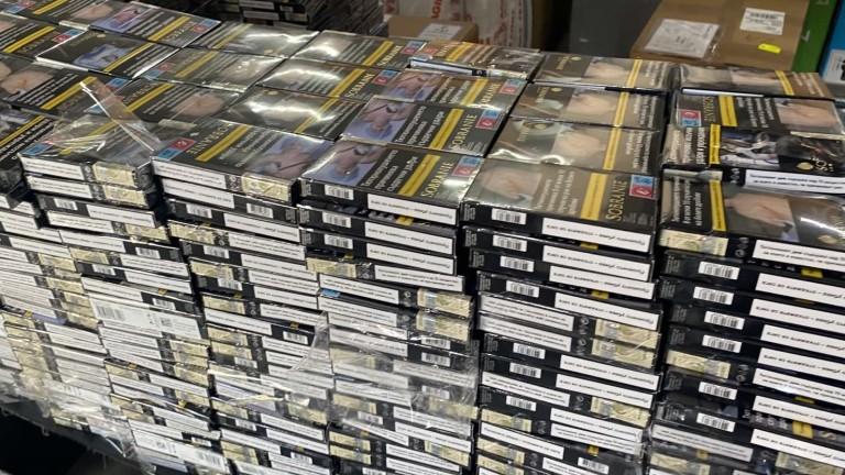 Задържаха 69 200 къса (3460 кутии) контрабандницигари, укрити в кутии
