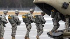 Италиански парашутисти скачат у нас в US учение