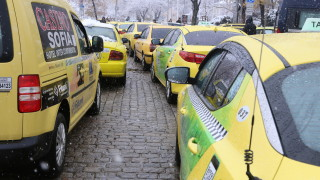 Таксиджиите искат отворени заведения, за да работят