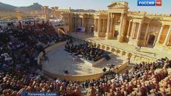 Валерий Гергиев дирижира руски симфоници сред руините на Палмира