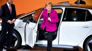 Меркел: Автомобилната индустрия не може да бъде защитена от революции