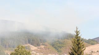 Хеликоптер гаси пожара край Котел