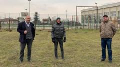 Министър Кралев инспектира терените за три нови футболни игрища в област Русе