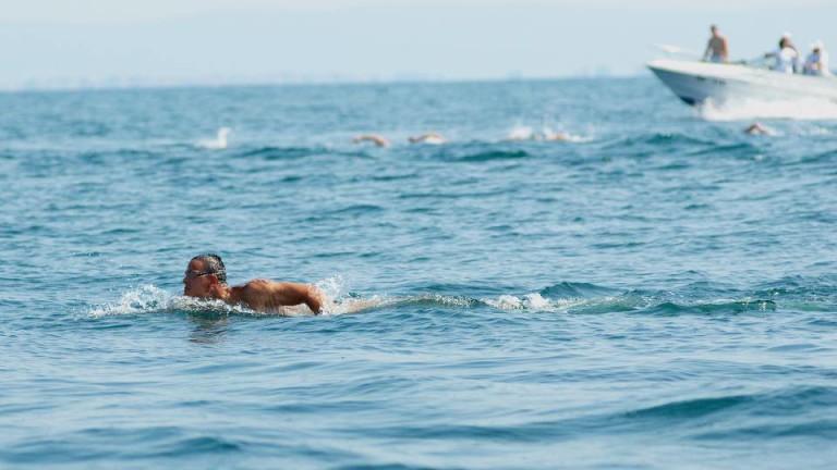 Цанко Цанков записа името си в историята на българското плуване - стана първият плувец, преплувал акваторията на Бургаския залив