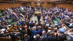 Британският парламент блокира евентуален опит на премиера за Брекзит без сделка