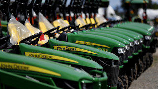 John Deere предупреждава за срив на продажбите си заради търговската война