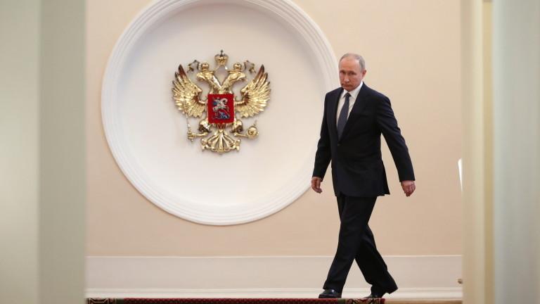 Притиснат от все по-всеобхватните американски санкции, руският президент Владимир Путин