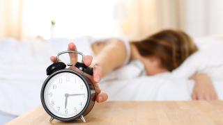 Защо трябва да спрете да ползвате алармата на смартфона, а да си купите будилник?