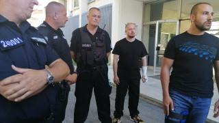 Полицаите на протестите до последно удържали да не използват физическа сила