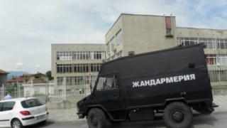 Софийски жандарми пазят гласуващите цигани в Благоевград