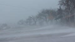 Бурен вятър от над 100 км и снеговалеж затрудняват движението на Шипка