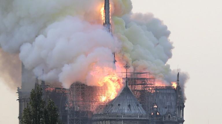 Кметът на Париж: Пожарът в Нотр Дам е ужасен