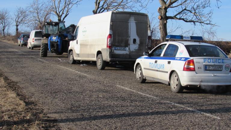 Трима работници по пътното строителство са ударени от бус на