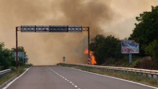 Затварят пътя Гурково - Казанлък заради пожар