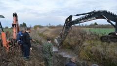 С тежка техника почистват усилено деретата в община Камено