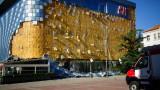 Прокуратурата проверява защо е паднала фасадата на благоевградския мол