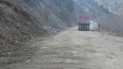 Свлачище отново блокира пътя между Девин и Кричим