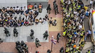 """Китай обвини САЩ във """"варварщина"""" за Хонконг"""