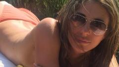51-годишната Лиз Хърли не се свени да се показва по бански (СНИМКИ)