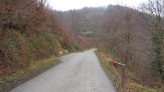 Свлачище блокира пътя между две сливенски села