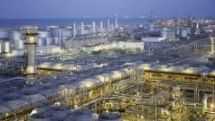 Най-големият производител на суров петрол сви печалбата си с 50% за първата половина на 2020-а