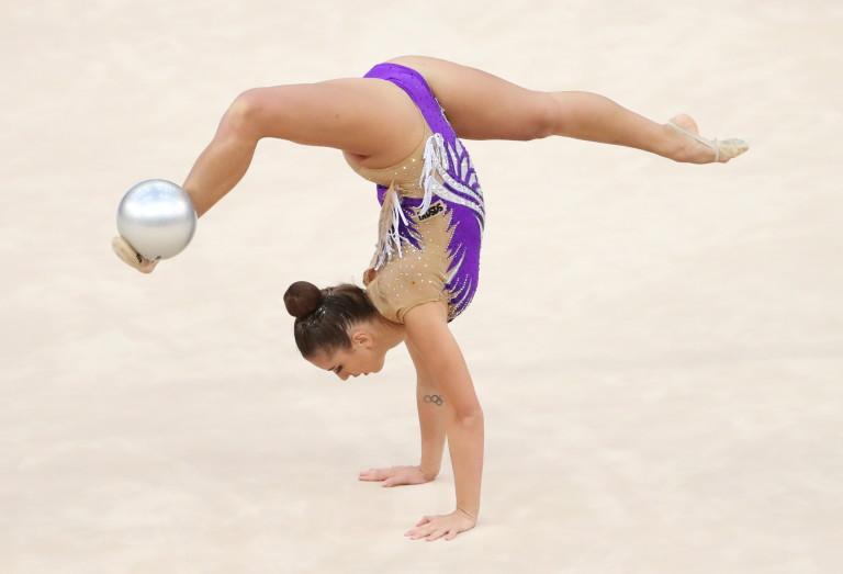 Катрин Тасева по време на изпълнението си с топка
