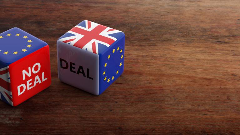 Паундът спада. Но експерти смятат, че сагата Брекзит ще има положителен край