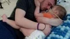 С дишане уста в уста бащата опитал да спаси Алфи Евънс