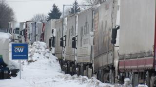 Километрична колона тирове блокира Русе при Дунав мост