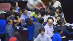 В тайванския парламент се замерят със столове