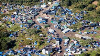 Макрон нареди на френските власти да са по-човечни към мигрантите