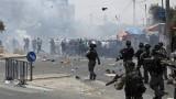 Загинал и десетки ранени при сблъсъци между полицията и палестинци в Йерусалим