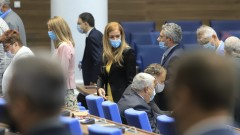 Депутатите се затрудниха с кворума, но започнаха работа от втори опит