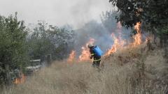 На ръка гасят пожар край старозагорското село Ракитница