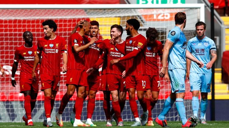 Шампионът на Англия Ливърпулпродължава борбата във Висшата лига на Англия,