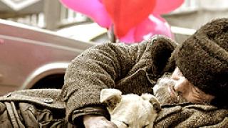 Пенсионери раздават помощи на бедните в Хасково