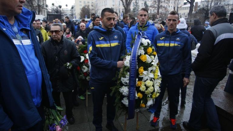 Деян Иванов радва феновете на Левски с автографи и фланелки