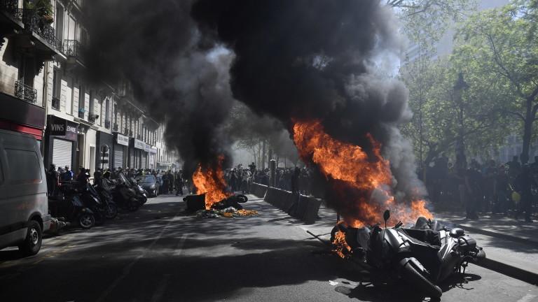 Автомобил, мотоциклети и множество кофи за боклук и барикади бяха