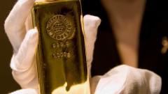 Златото умерено поскъпва с отслабването на долара
